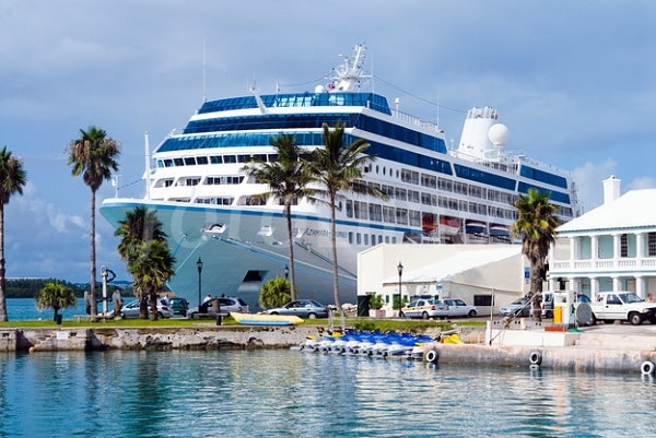 A picture of a docking cruise ship in Bermuda. Cruise ships since 2013 are allowed to leave their casinos open while docked in the Bermudas. This is the header image of my Bermuda gambling guide.
