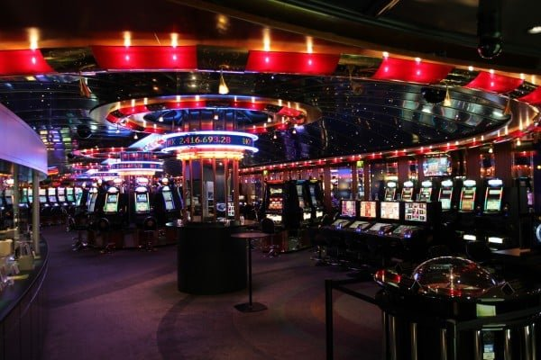 This is a picture of the interior of Casino Copenhagen, located in Denmark. You can see the glittering slot machines and one roulette table within the Danish casino. This picture is the header image of my Danemark online casino and gambling guide.