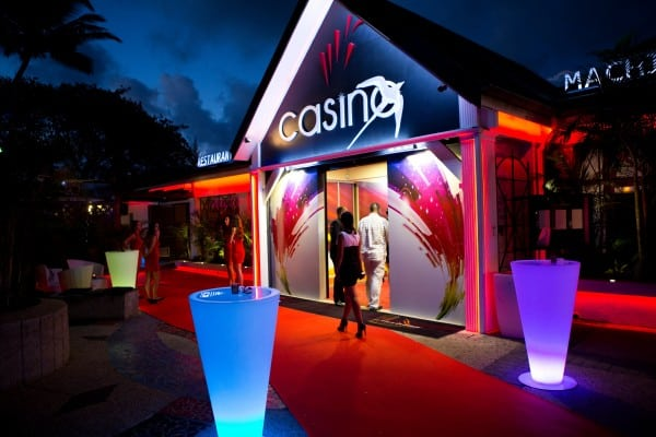 A picture of Casino de St-Gilles - casino Réunion. The picture shows the casino at night from the outside. This is the header image of my Reunion Island poker and gambling guide