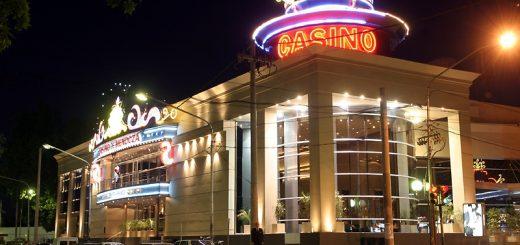 The exterior of Casino de Mendoza at night.