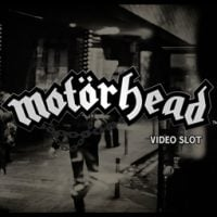 This is the logo of the Netent Motorhead slot from 2016. The black and white picture depicts Lemmy the lead singer in the background with the words Motörhead video slot in the foreground.